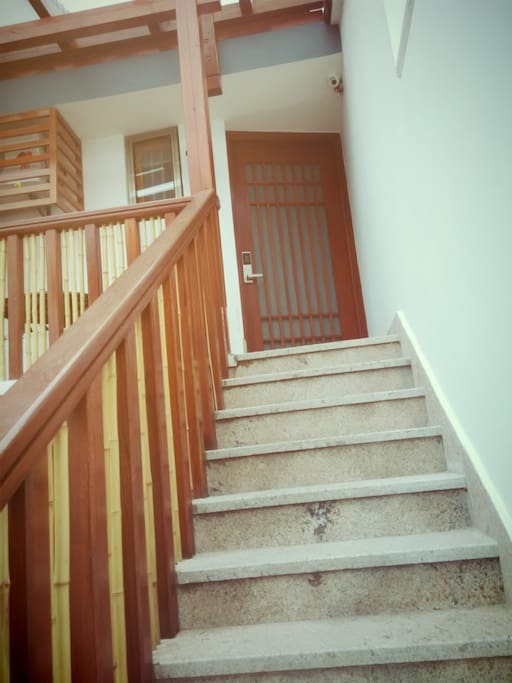 走向房间的楼梯