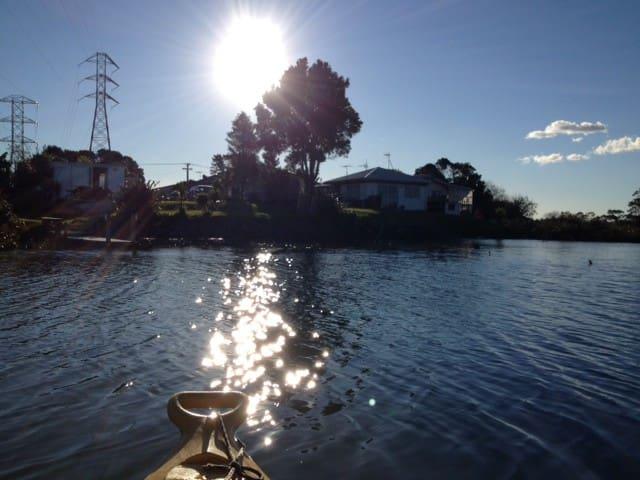 small private riverside cabin :) - Auckland - Cabana