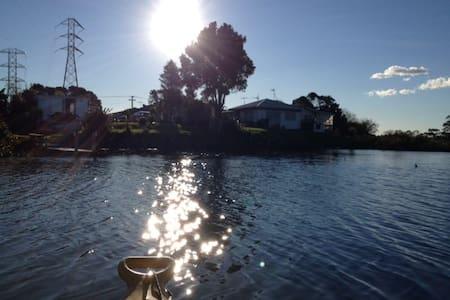 small private riverside cabin :) - Auckland