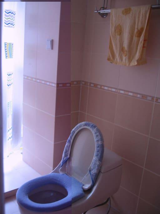 明亮干净宽敞的卫生间