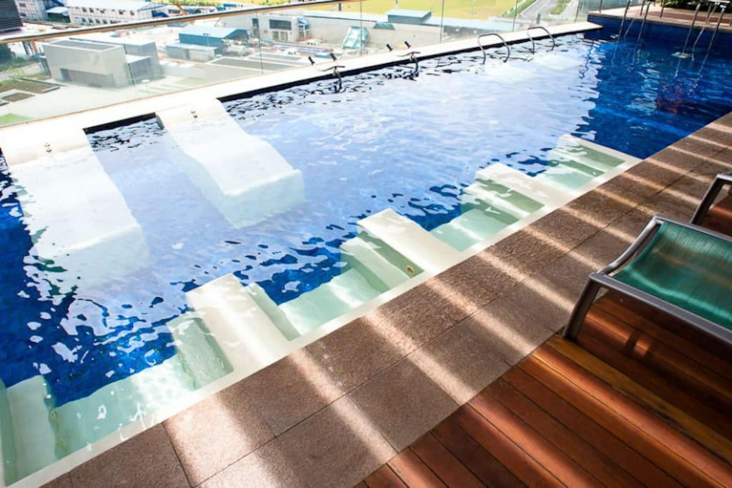 Aqua fitness pool overseeing ocean and city view