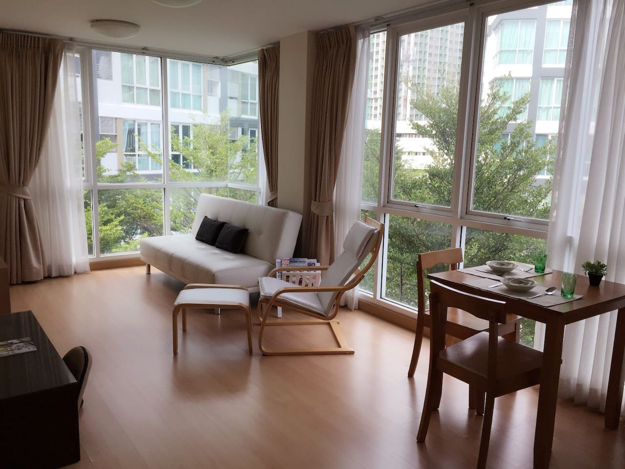 Enjoy panoramic view of garden while resting and dining of a corner room...