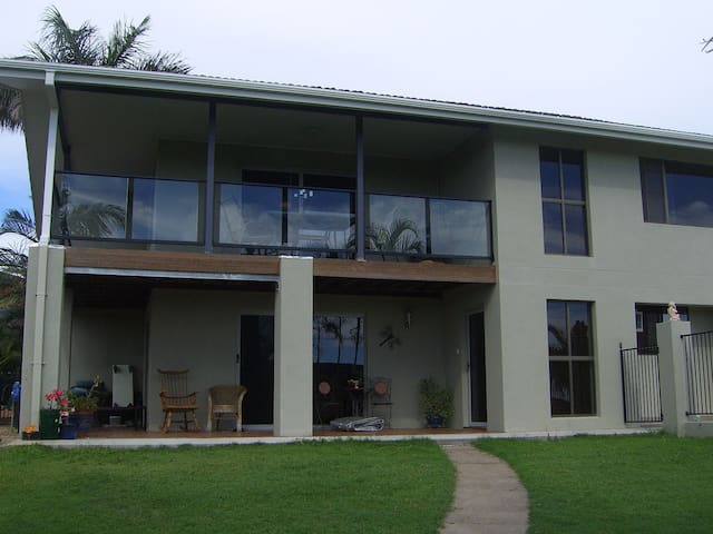 A  home near sea, distant views. - Hervey Bay - Casa
