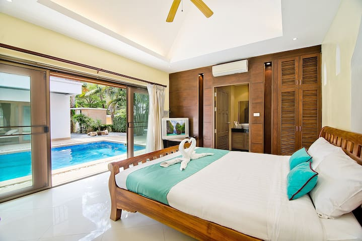Guest Bedroom - Pool Access