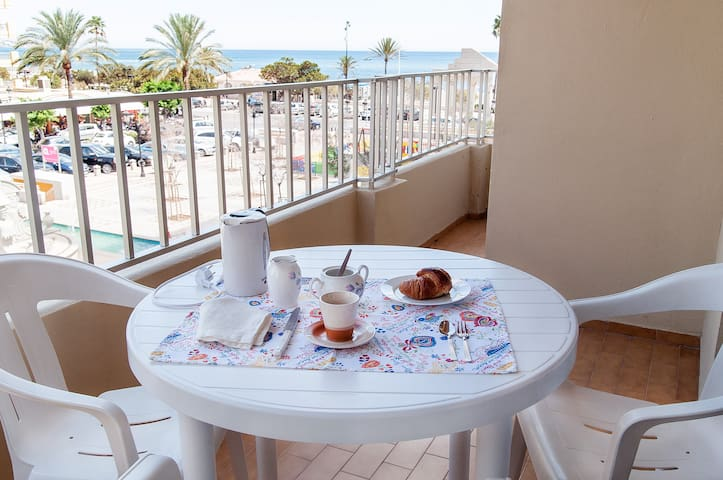 Lovely apartment with sea views, UK TV & Wi Fi