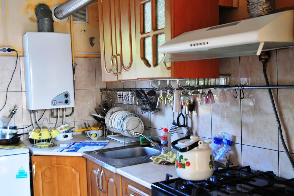 Кухня  с газовой колонкой, всей посудой.