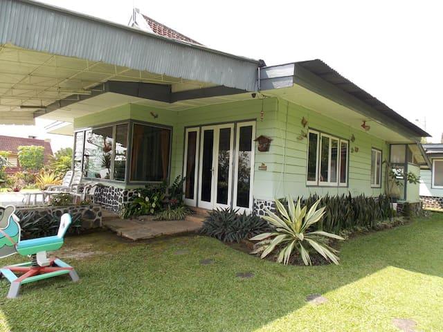 Villa Cemara Tiga - Prigen - 別墅