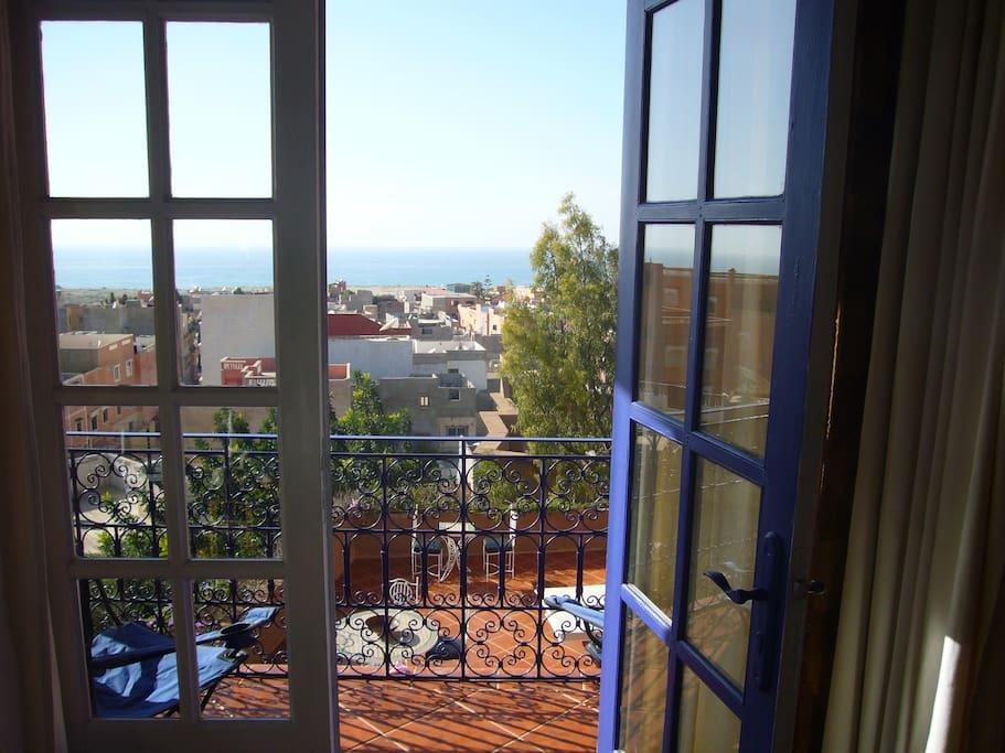 deux balcons , un sur le jardin , un sur la mer, coucher de soleil garanti