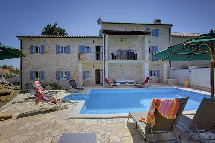 Istrian Villa with pool for 20 pax - Barban - Huis