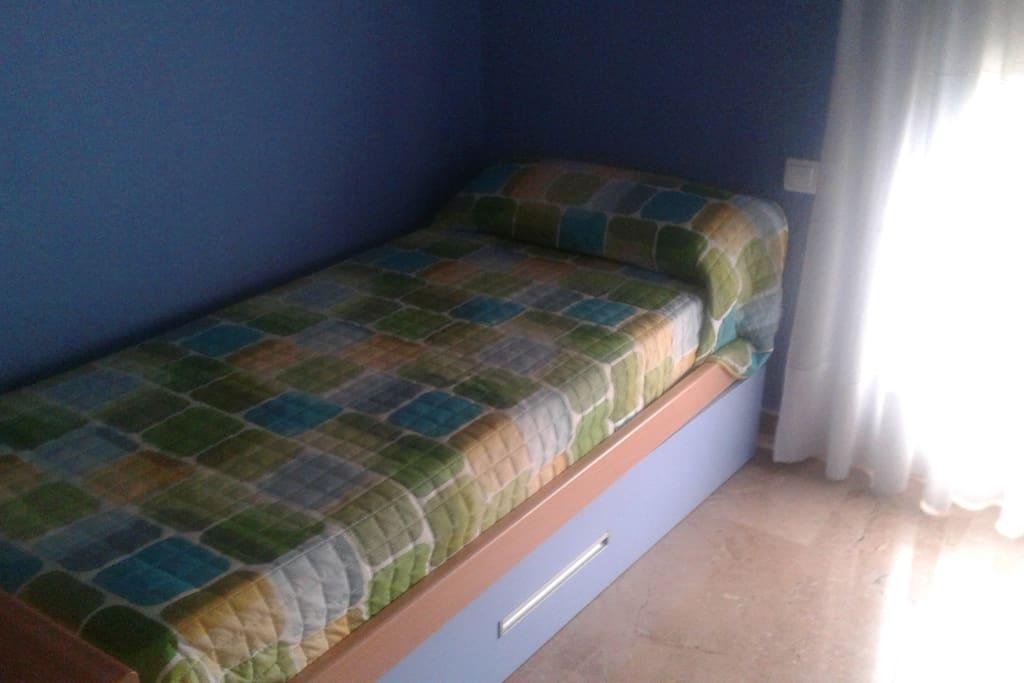 Habitación pequeña con segunda cama debajo