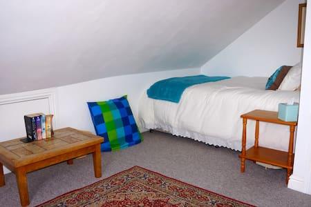 Quiet en-suite Attic Room with blackout blinds