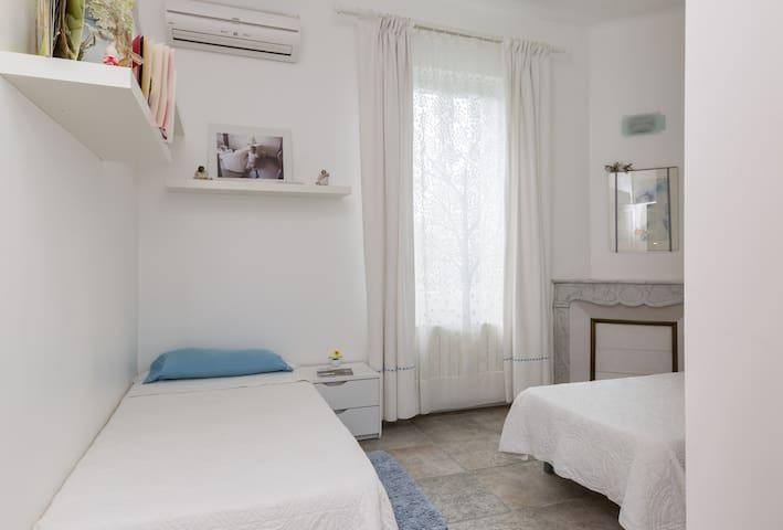 Une grande chambre avec 2 lit individuels