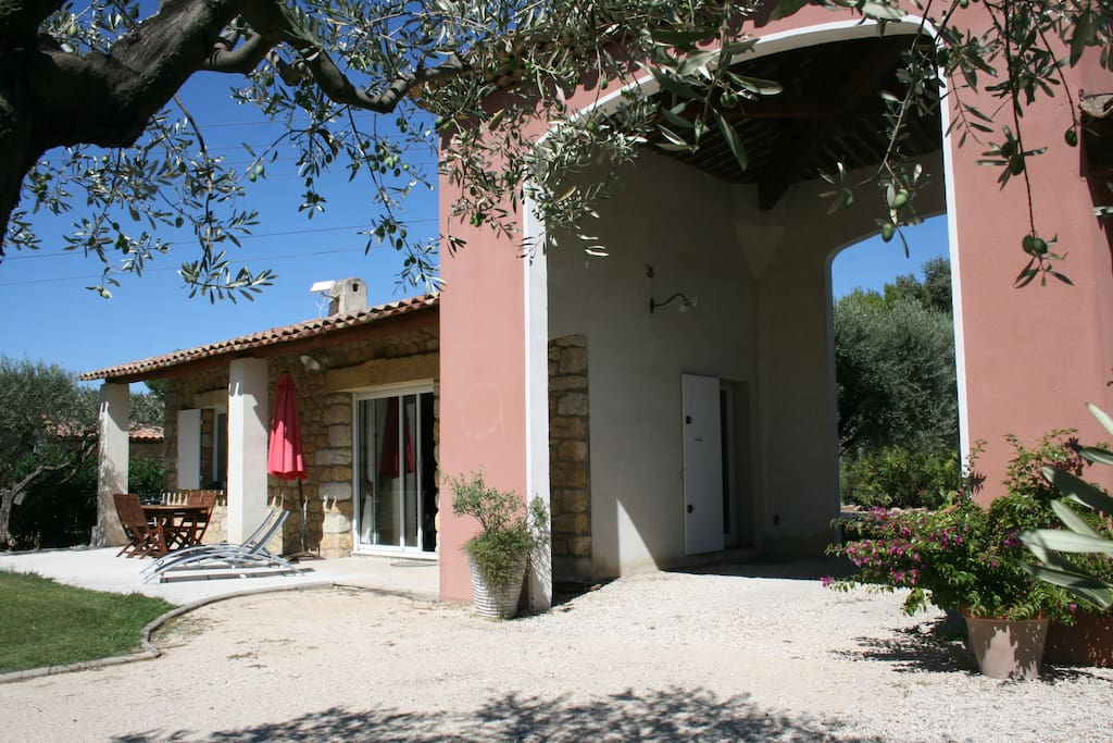 Grande terrasse et jardin au milieu des oliviers