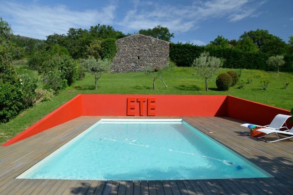 La piscine privée, dont l'eau est traitée par électrolyse du sel, est équipée d'un volet roulant électrique de sécurité. Ses 3 marches permettent aux enfants de patauger et aux adultes de prendre un verre au soleil ! Ses dimensions -5 x 8 m- et sa pente d
