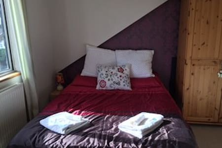 Room in family home near Heathrow, - Englefield Green
