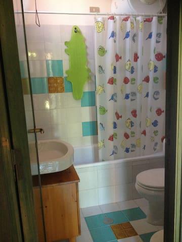bagno con vasca/doccia