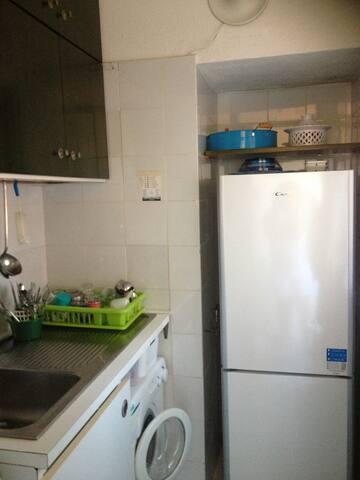 cucinotto con lavatrice e frigorifero