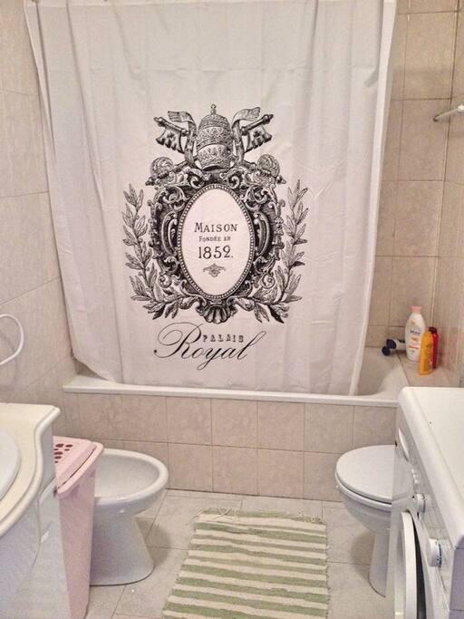 Salle de bain avec machine à laver linge