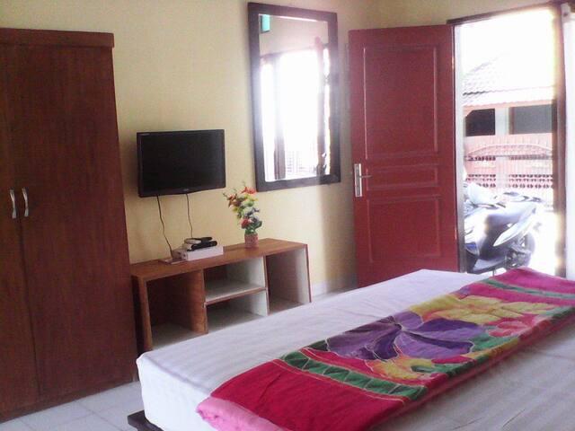 Ulunsuwi Guesthouse Room 3 - West Denpasar - Huoneisto
