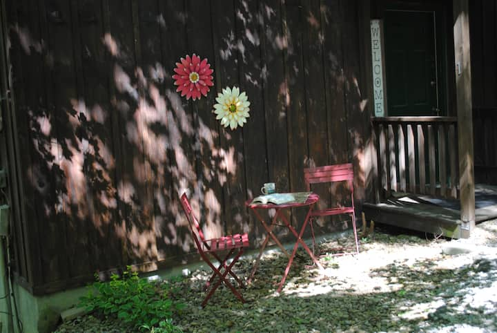 "1 Playful Cub cabin ""NEW listing""for couple/family"