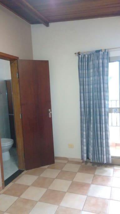 Quarto com sacada e banheiro privativo