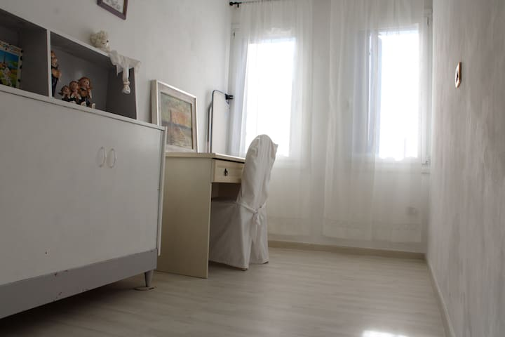 Single room with a working station. The drawer on the left is actually a hidden single bed that can be pulled out and be immediately ready to be used. When you close it, please don't forget your kids in there.