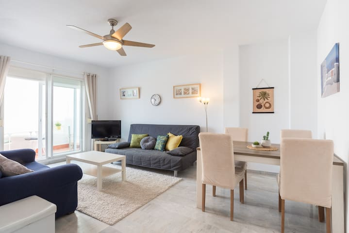 2 bed apt. with pool and patio area, 5min to beach
