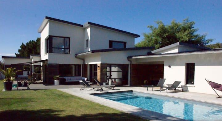 Maison d'architecte avec piscine au bord de la mer