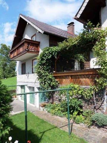 Terrasse mit Weinlaub