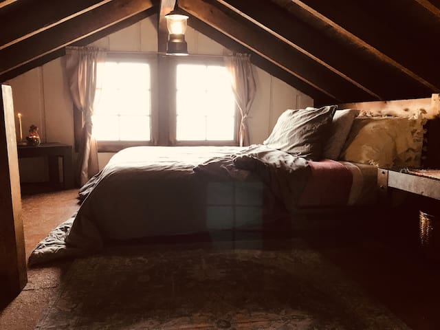 Upstairs loft (full size bed)