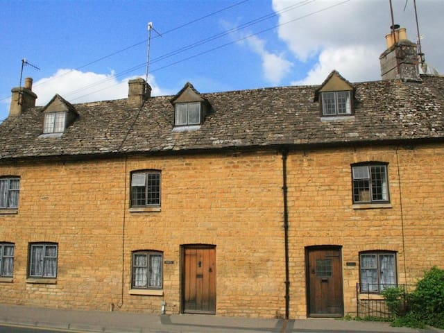 WADHAM COTTAGE, pet friendly in Bourton-On-The-Water, Ref 988816