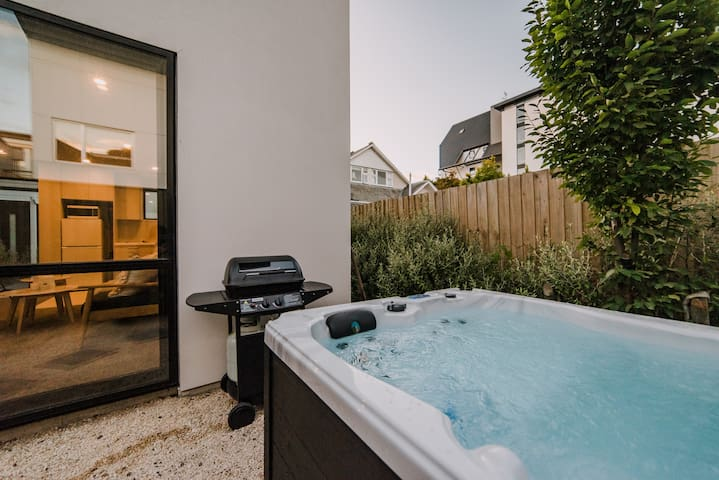 (Up to 35% off) Hot Tub Under the City Lights