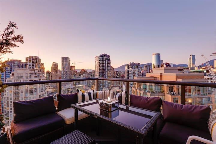 Marvelous Views: Luxury Yaletown Penthouse
