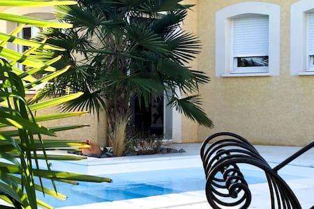 Jolie maisonnette dans jardin privé - Bungalow
