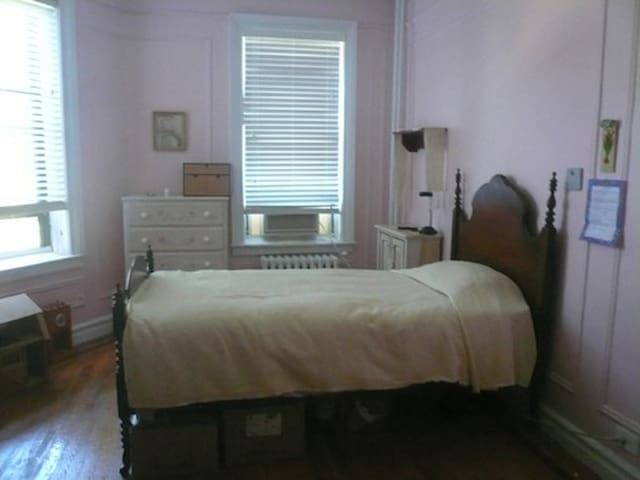 Spacious Quiet rm - 20mins to Midtown