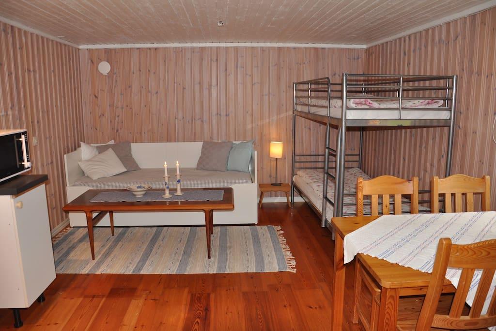 Våningssäng (90+90 cm) samt utdragssoffa (80+80 cm). Nya madrasser i alla sängar. Matbord med plats för fyra.
