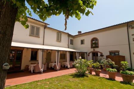 Tuscan Inn La Bussola Da Gino Rm 17
