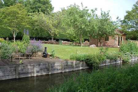 Cosy and secluded riverside cabin in Hungerford