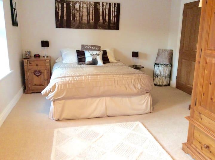 Luxurious kingsize bed with en-suite in Norton