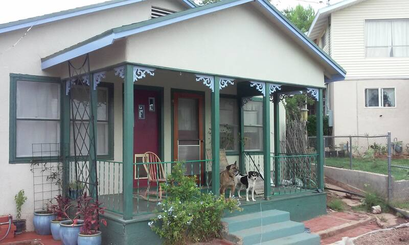 Sweet Organic Pet-Friendly Getaway (Haunted!) :)