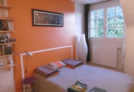 belle chambre donnant sur jardin - Mériel - บ้าน