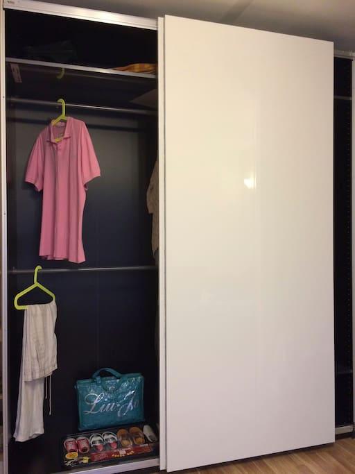 Шкаф купе для хранения вещей, длина шкафа 2 метра.
