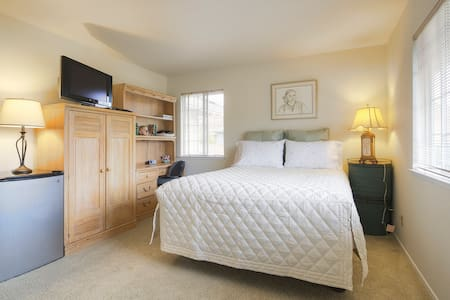 VERY SPACIOUS AND COMFORTABLE ROOM - Pinole
