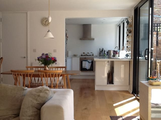 Light filled 60s house in Kingsdown - private room