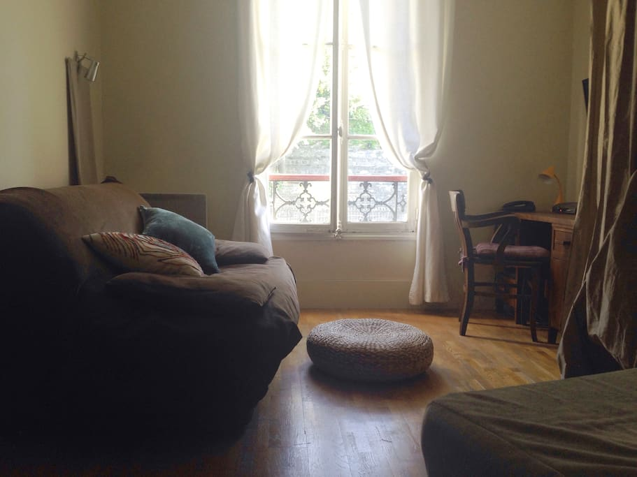 Vintage and new, the studio is furnished with taste and makes you feel like in a home. It has windows and views on both sides that makes it very light and open.