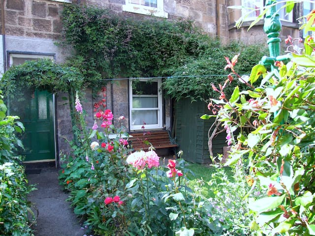 Room to rent in cosy flat w/garden