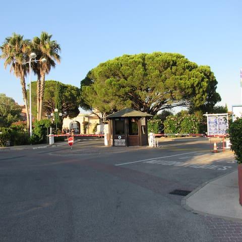 Poste de garde à l'entrée de Port Grimaud 2 (badge obligatoire pour entrer)
