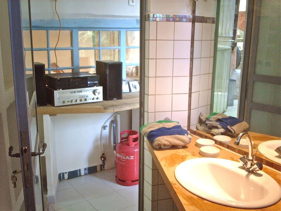 blick aus dem bad in die wohnküche