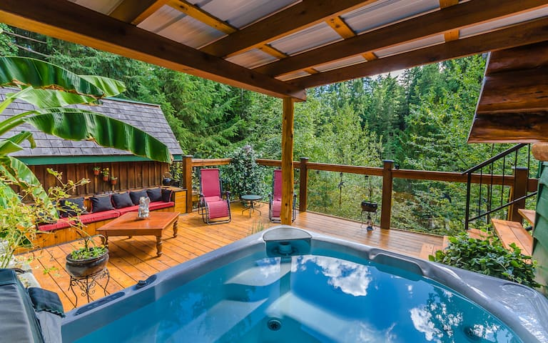 Pet Friendly Log Home on the Nanaimo River