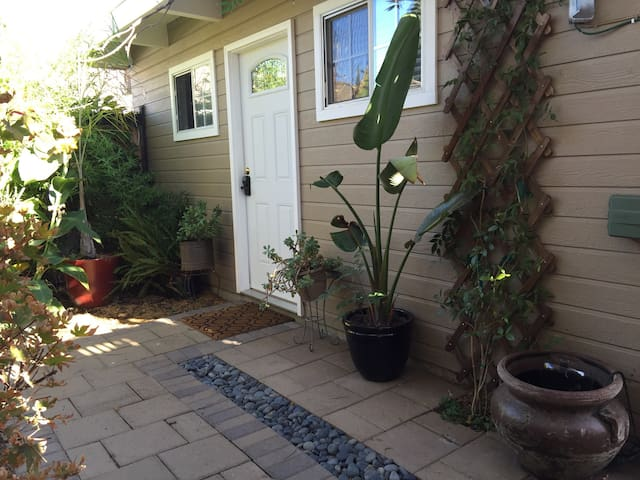 Private Cottage next to Apple & Downtown Main St - Cupertino - Dom